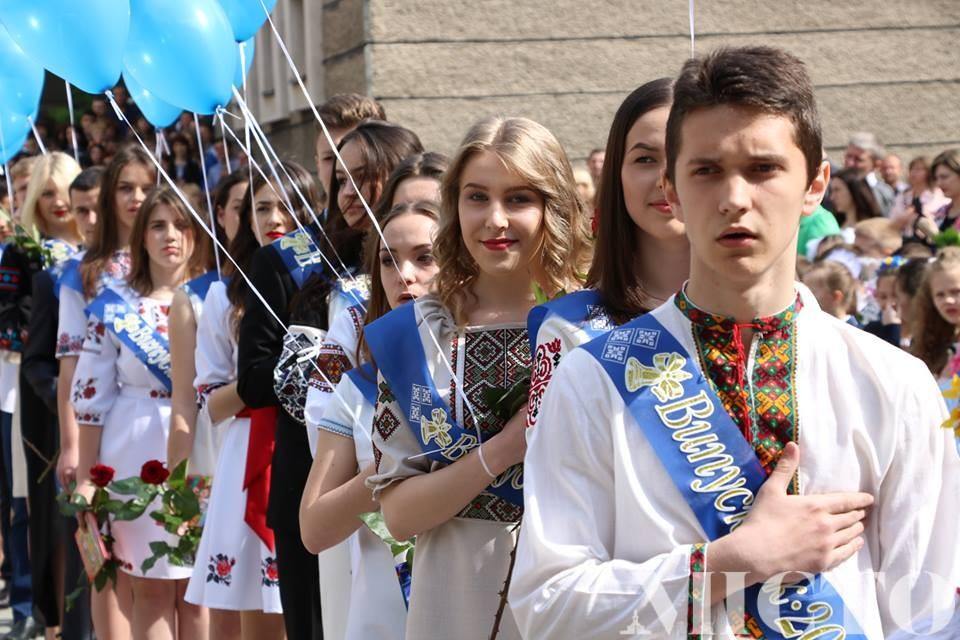 """Завтра у франківських школах пролунають """"останні дзвоники"""" (відеорепортаж)"""