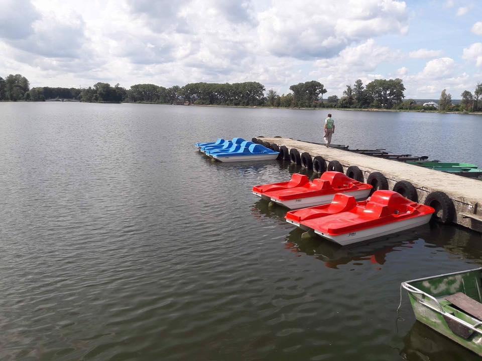 Рятувальники пильнують людей, які плавають на човнах по франківському озері