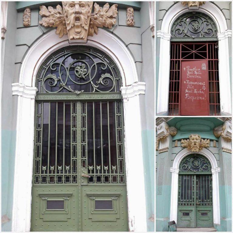 В Івано-Франківську реставрують автентичні двері (фото)