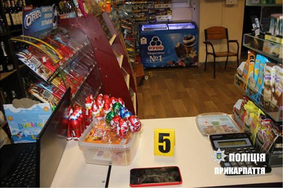 """Результат пошуку зображень за запитом """"Подія сталася 11 грудня у Івано-Франківську. Близько 18 години до поліції повідомила працівниця одного із продуктових магазинів, вказавши що невідомий чоловік, проник до магазину через незачинені двері, та, погрожуючи її насильством (пістолетом) викрав гроші та цигарки."""""""