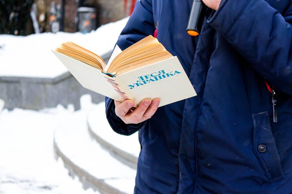 Івано-франківці просто неба читали твори Лесі Українки (фотрепортаж)