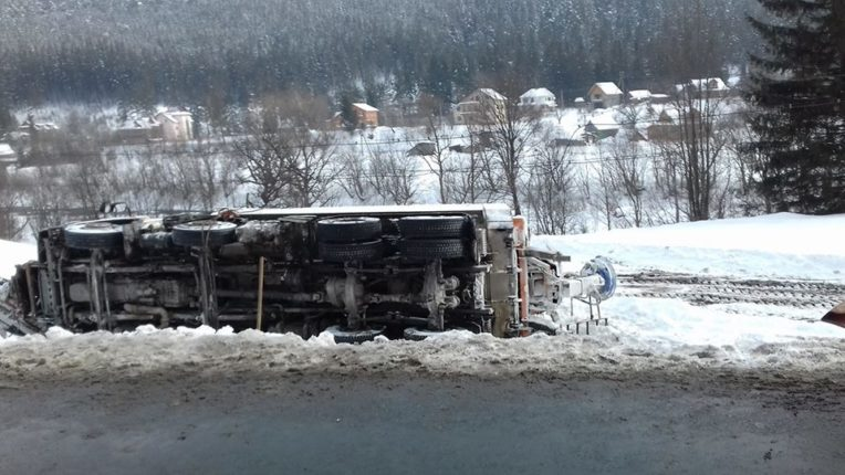 На Прикарпатті авторагуль підрізав вантажівку, яка чистила дороги від снігу, після чого остання перекинулась на бік (фото)