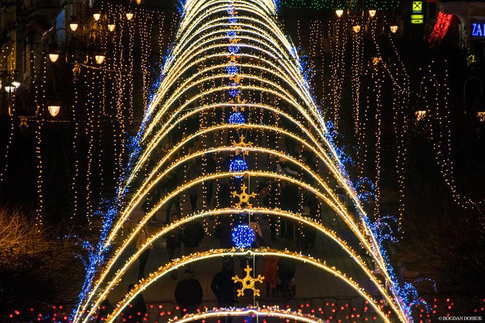 З четвертої спроби Івано-Франківськ викупив новорічні арки для стометрівки за 2,7 мільйона гривень