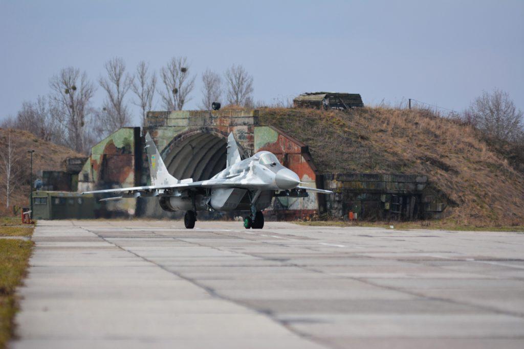 В небі над Івано-Франківськом, військові пілоти підвищували свою майстерність (фоторепортаж)