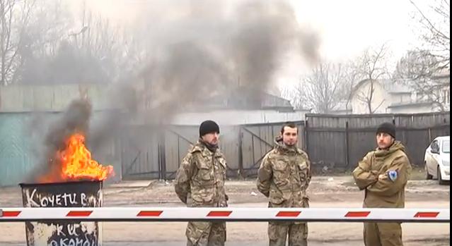 У Франківську колектив військового ліспромкомбінату не пускає очільника на роботу
