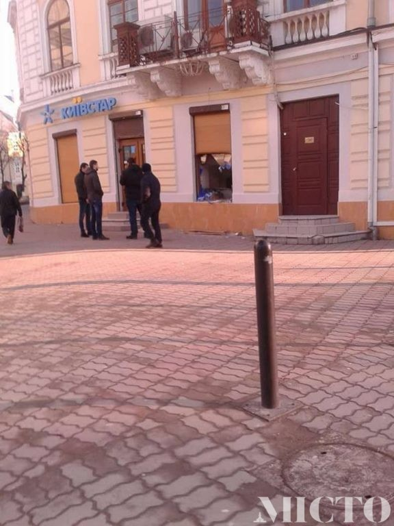 Сьогодні в самому центрі Івано-Франківська невідомі зловмисники викрали сейф із пункту обміну валют (фото)