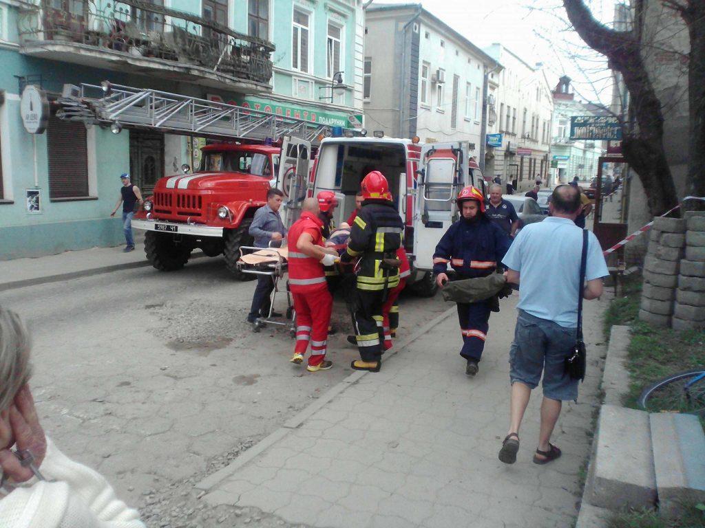 В прикарпатському містечку робітник упав із даху будинку (фото)