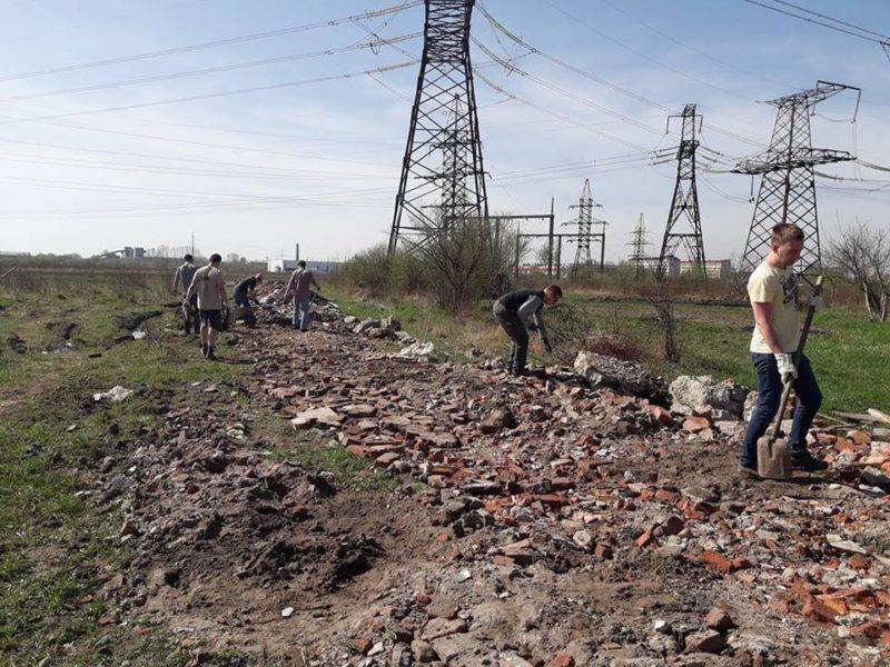 """Волонтери самостійно облаштували дорогу до """"Дому Сірка"""" (фото)"""