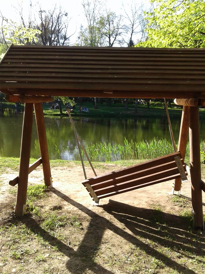 Невідомі вандали зламали дерев'яну гойдалку у міському парку (фото)