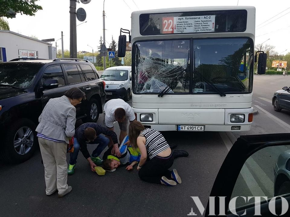 В центрі Івано-Франківська великогабаритний автобус збив велосипедистку (фото)