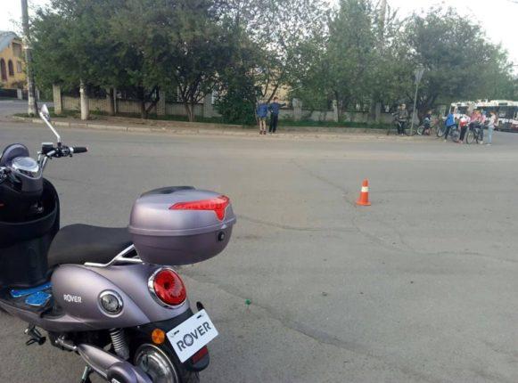В Івано-Франківську п'яна неадекватна жінка намагалась втекти від патрульних і ледь не в'їхала у натовп дітей