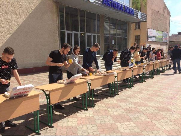 Франківські студенти змагалися у швидкісному поїданні піци (фото)