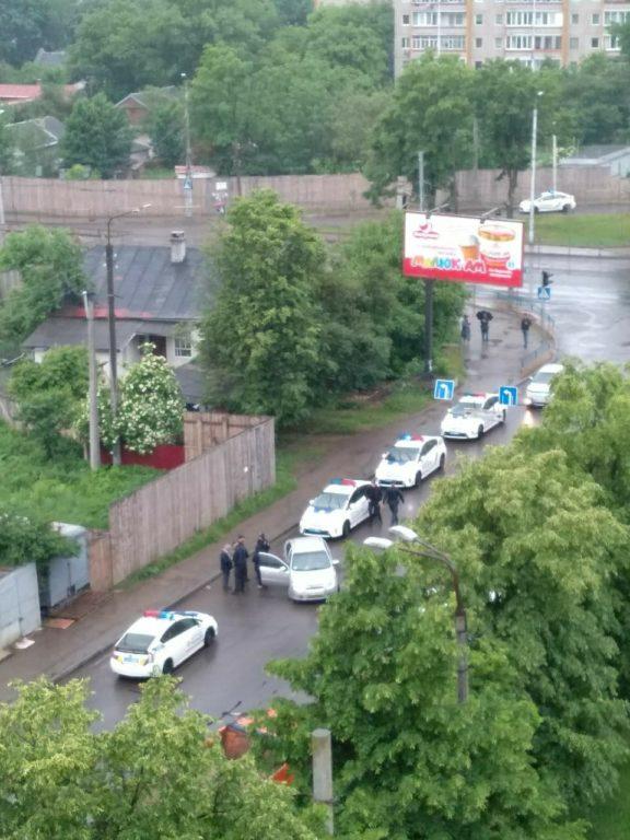Франківський поліцейський за допомогою пістолета вгамував агресивного водія (фото+відео)