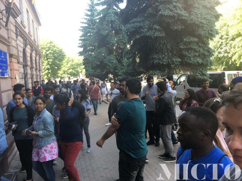 Студенти-іноземці медуніверситету влаштували протест: невдоволені тестуванням від МОЗ (фоторепортаж)