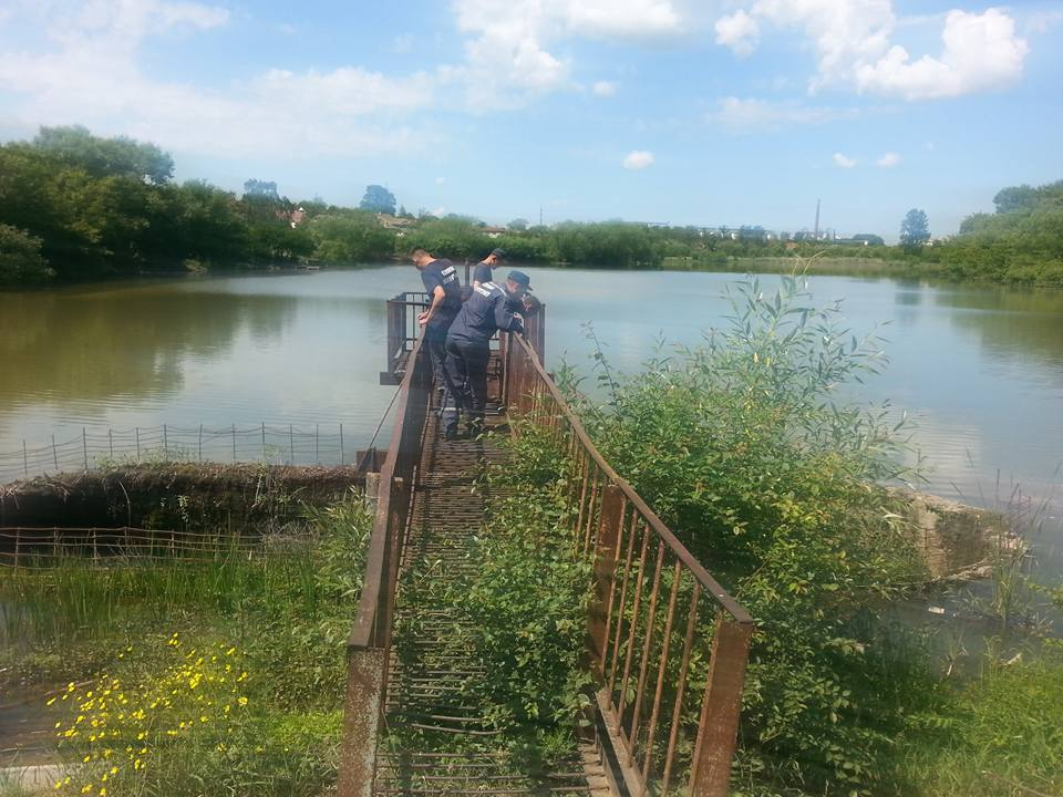 В Івано-Франківській області нелюди намагалися втопити в озері двох цуценят (фоторепортаж)
