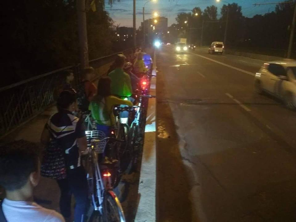 На пасічнянському мості велосипедисти хвилиною мовчання вшанували загиблого товариша (фото+відео)
