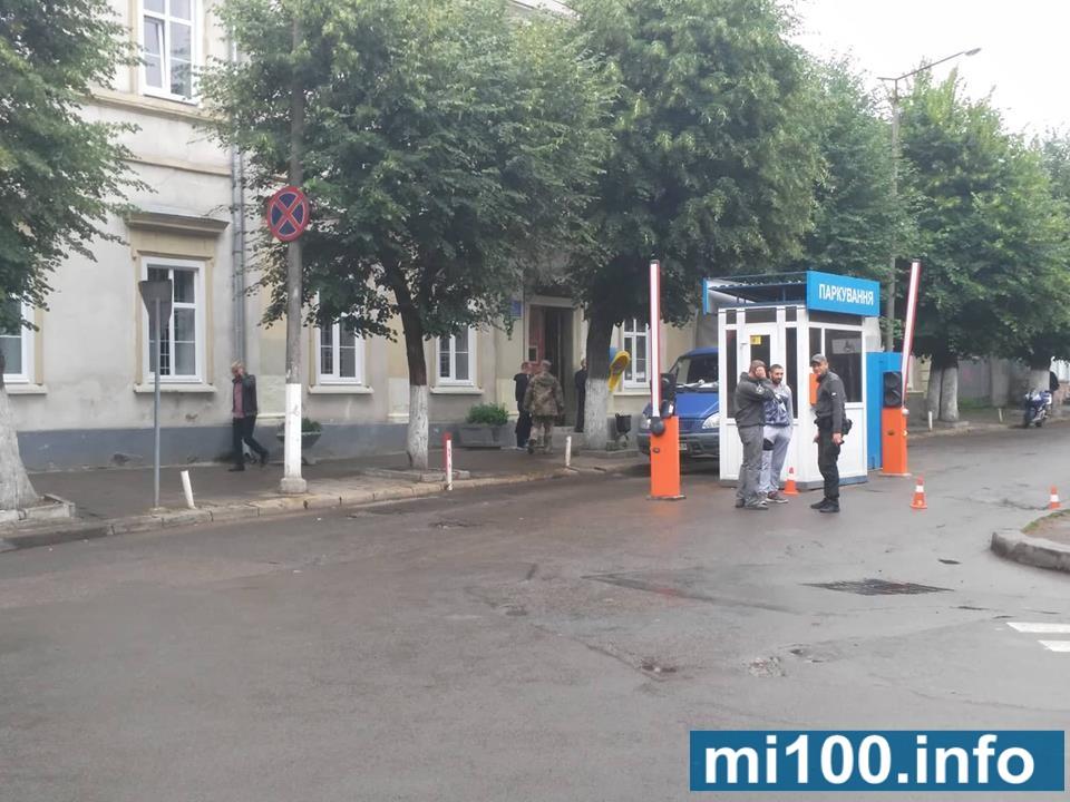Муніципальні вартові пильнують проїзд до міської Ратуші (фотофакт)
