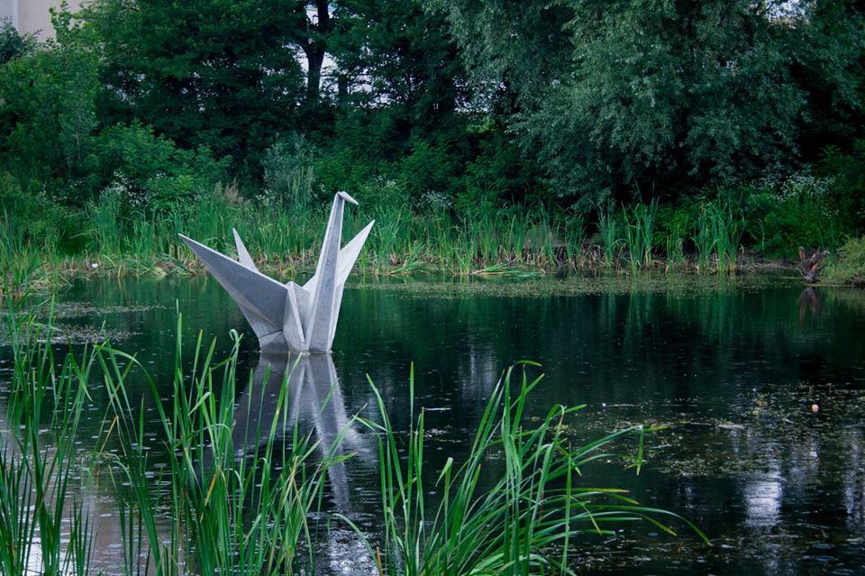 В одному із озер Франківська з'явився бетонний лебідь (фотофакт)