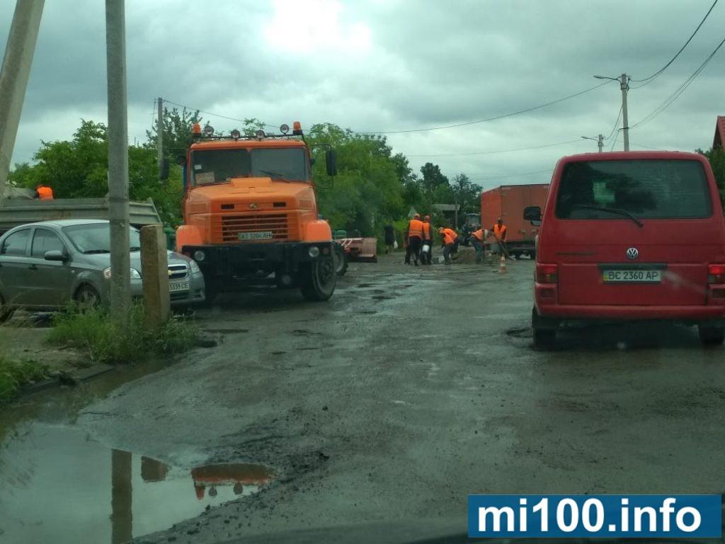 Злива й болото: як у Болехові дорогу ремонтують (фото+відео)