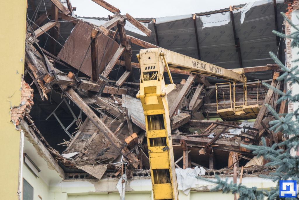 Корпус навчального закладу, який обвалився у Коломиї, розбирають (фоторепортаж)