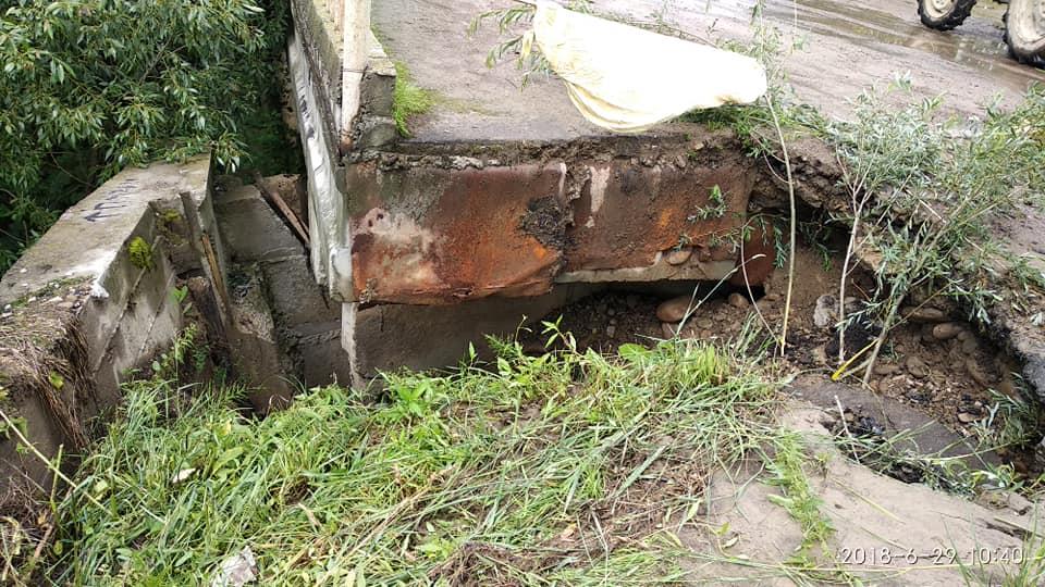 Майже відірване від цивілізації: у мережі з'явились фото аварійного моста у селищі на Рожнятівщині (фоторепортаж)