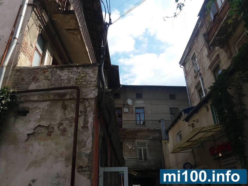 Смерть на вашій совісті: мешканці незадоволені перевіркою будинку, де обвалився балкон з пенсіонеркою (фото+відео)