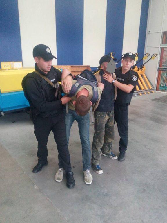 У франківському «Епіцентрі» правоохоронці затримали «дивних» покупців (фоторепортаж)