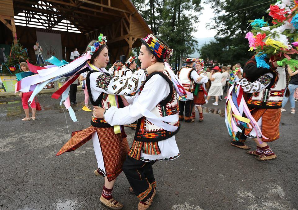 """На фестивалі у Ворохті відгуляли традиційне """"Гуцульське весілля"""" (фоторепортаж)"""