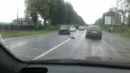 Неподалік Франківська водій обганяв машину і вчинив ДТП, двох осіб госпіталізували (фотофакт)