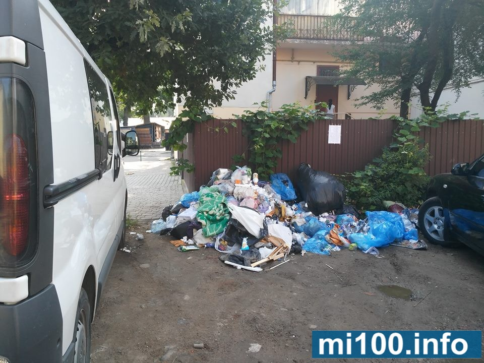 У Франківську поблизу дитячої поліклініки влаштували стихійний смітник (фоторепортаж)