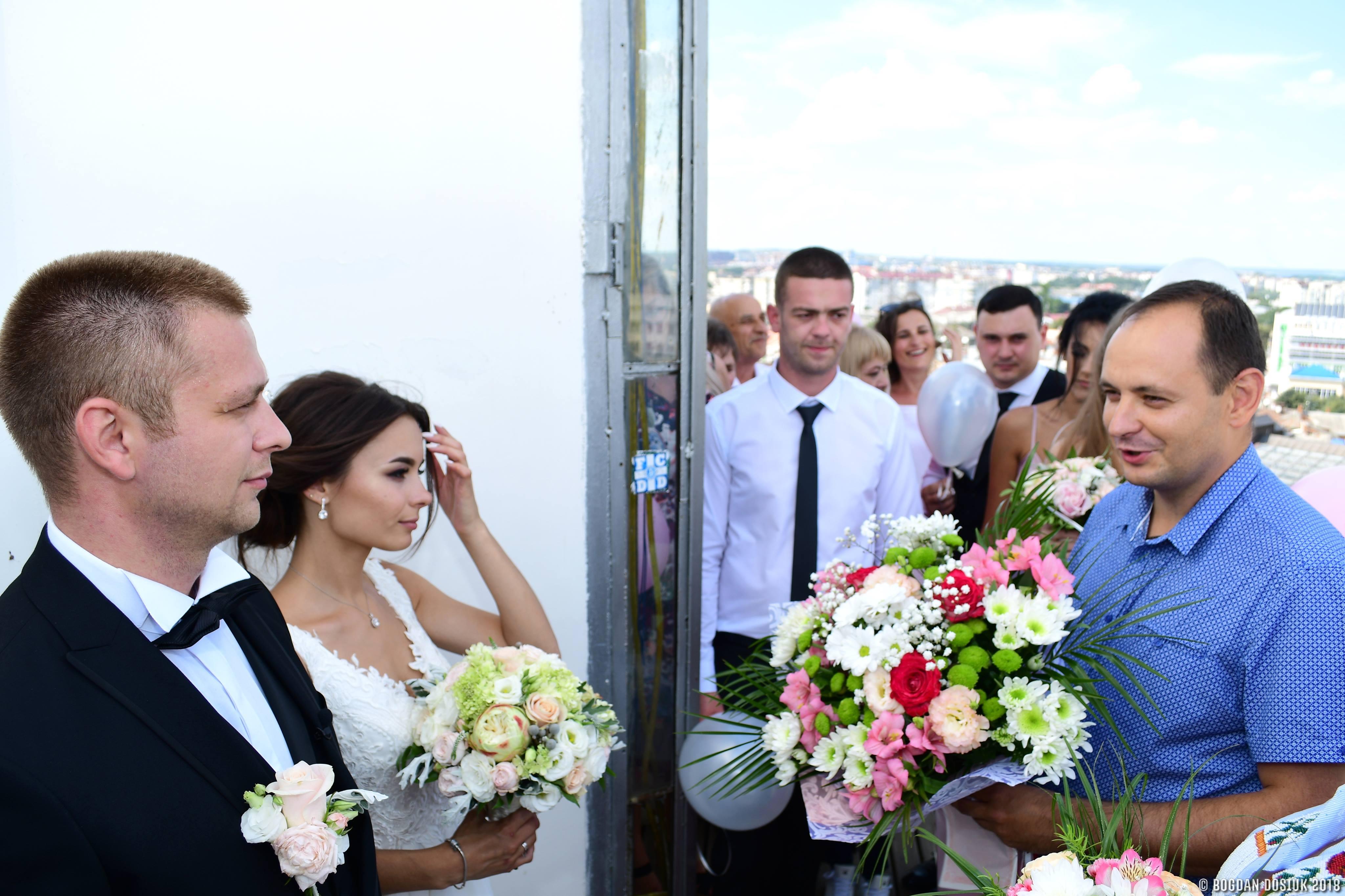 """На Прикарпаті більше 1000 пар скористались послугою """"Шлюб за добу"""" (відеосюжет)"""