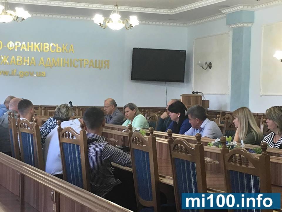 Мешканці Болехова приїхали до Франківської ОДА, люди хочуть отримати гарантійний лист на ремонт дороги (фотофакт)
