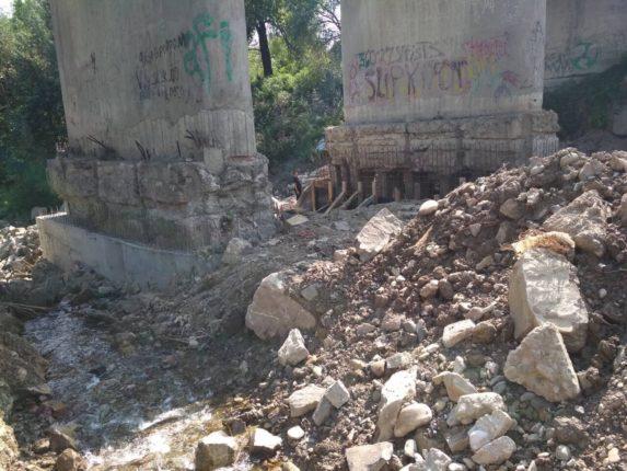 У Ланчині ремонтують аварійний міст (фотофакт)