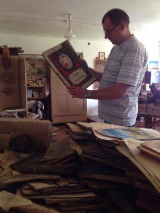 Під час ремонту однієї із прикарпатських шкіл, майстри виявили схованку із старовинними книгами і національним прапором, які пролежали там 74роки (фоторепортаж)