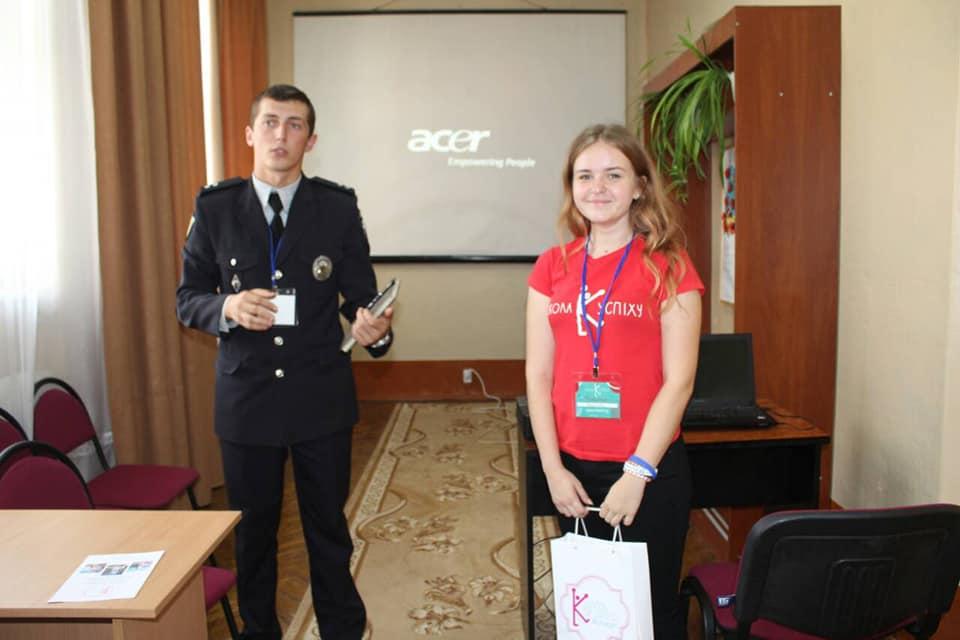 """Ювенальний поліцейський став спікером у """"Школі успіху"""" для юних прикарпатців (фоторепортаж)"""