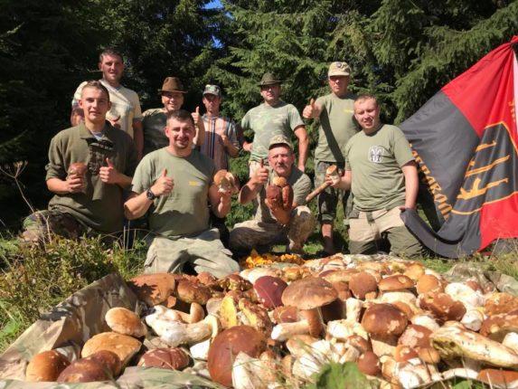 """Понад 250 кг білих й лисичок за три дні: Учасники АТО показали результат """"тихого полювання"""" (фоторепортаж)"""