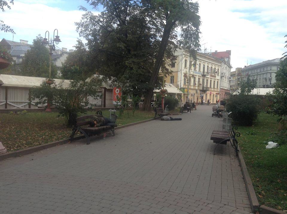 Сквер в центрі міста окупували п'яні чоловіки (фотофакт)