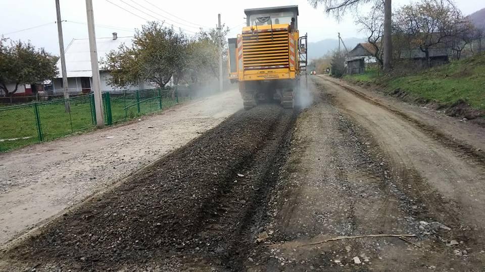 На Косівщині триває ремонт дороги Яблунів-Делятин (фото)