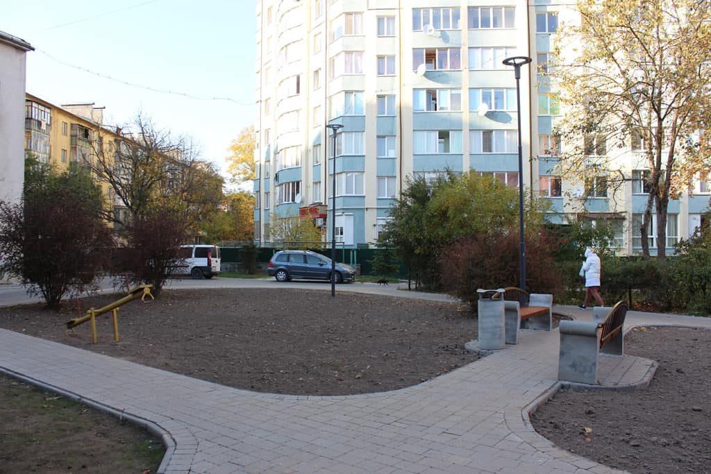На прибудинкових територіях вулиць Галицька і Василіянок завершується ремонт (фотофакт)