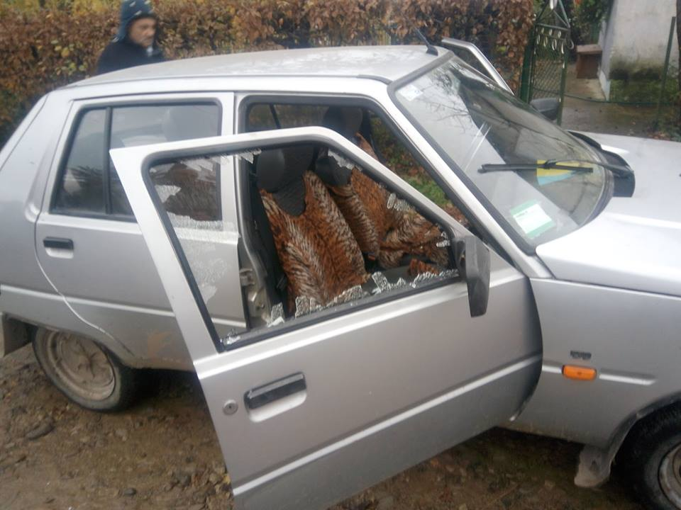 В Івано-Франківській області агресивна жінка накинулась на автомобіль і розбила йому бокове скло (фотофакт)
