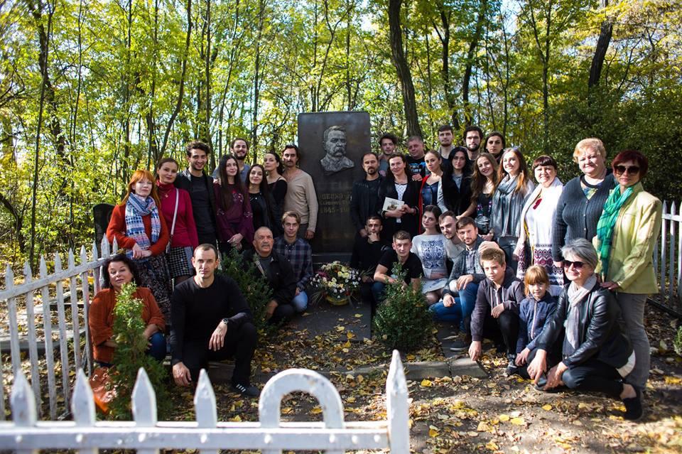 Колектив Франківського драмтеатру побував на могилі Івана Карпенка-Карого (фоторепортаж)
