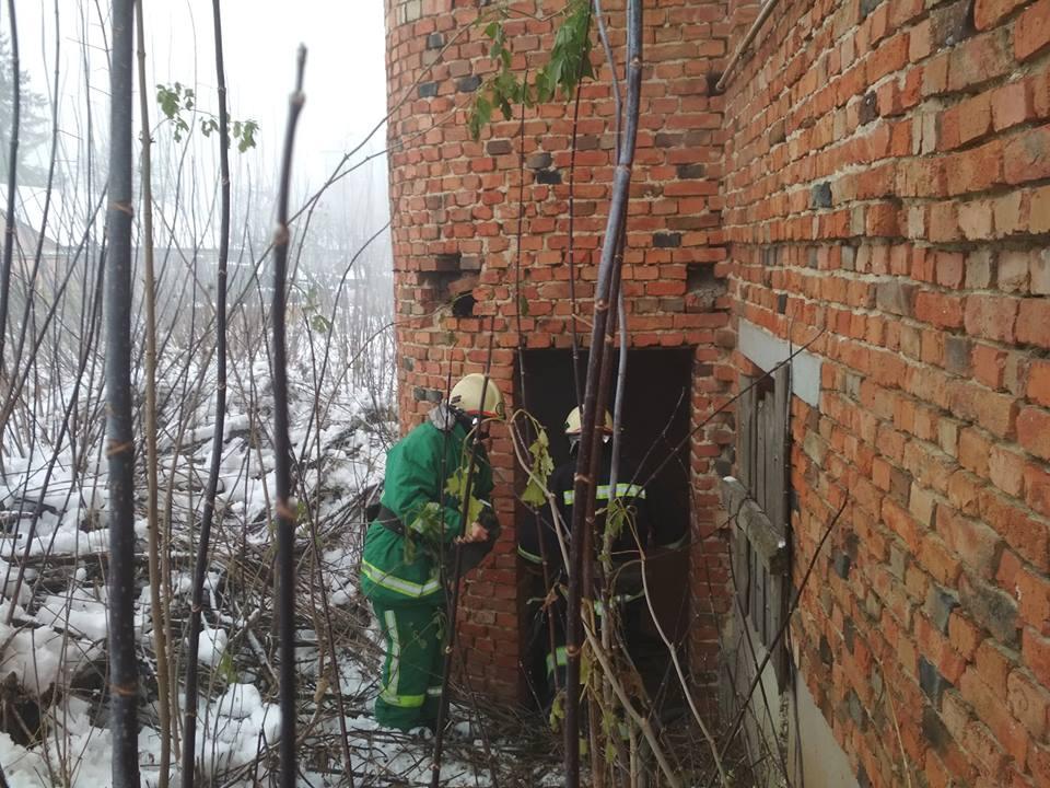 У прикарпатському містечку безхатченко пробрався до підвалу новобудови і вчинив там пожежу (фоторепортаж)