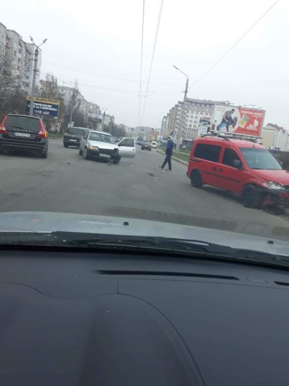 "Біля ""Епіцентру"" сталась ДТП: зіткнулись два автомобілі (фотофакт)"