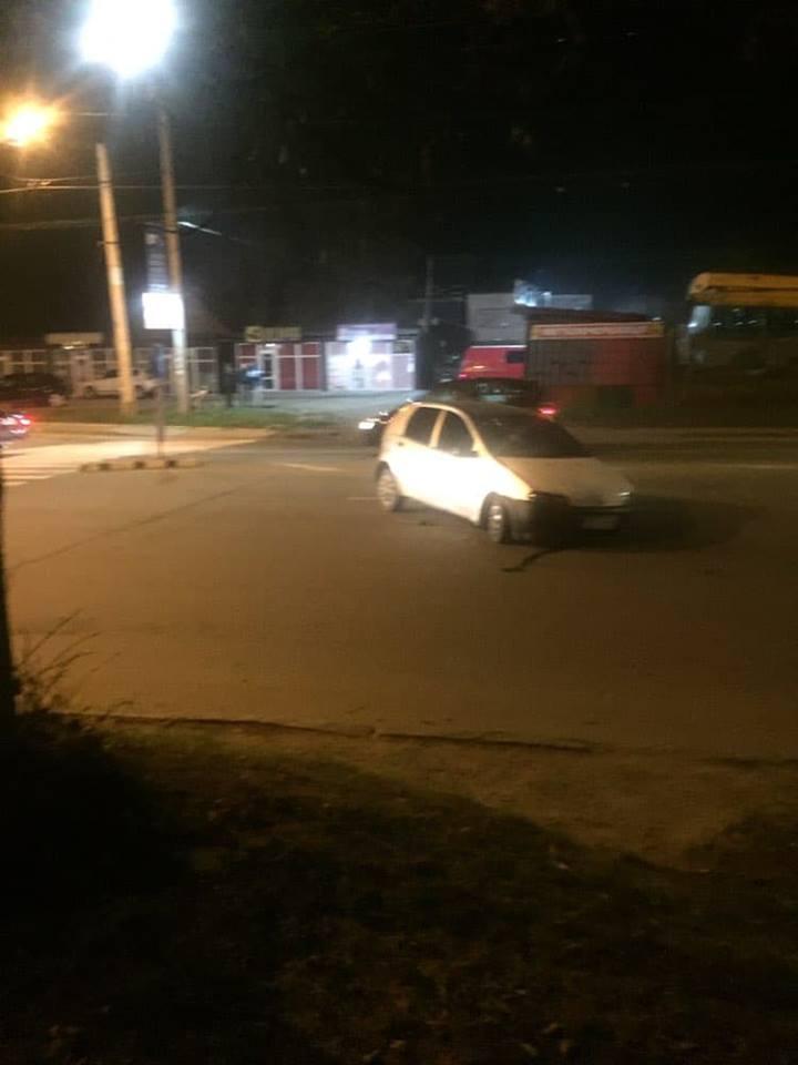 """ДТП на Івасюка: автомобіль зніс """"острівець безпеки"""" (фотофакт)"""
