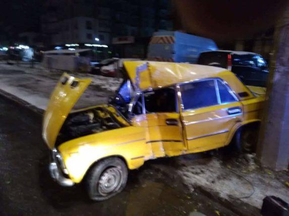 Стали відомими деталі нічної ДТП на Івасюка: юний водій не впорався із керуванням і врізався в електроопору (фотофакт)