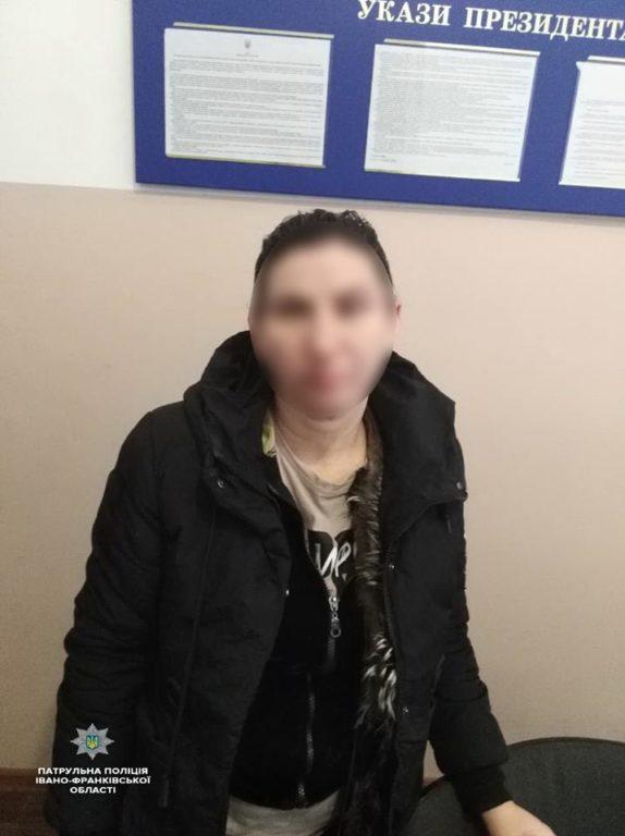 Франківські патрульні упіймали кишенькову злодійку, яка обікрала пасажирку місцевої маршрутки (фотофакт)