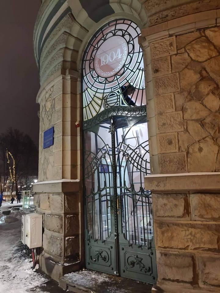 На Грушевського в дверях встановили унікальні вітражі (фотофакт)