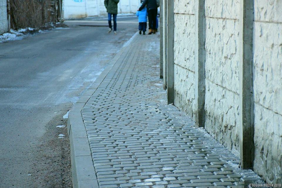 На Української Дивізії у Франківську облаштували тротуари (фото+відео)