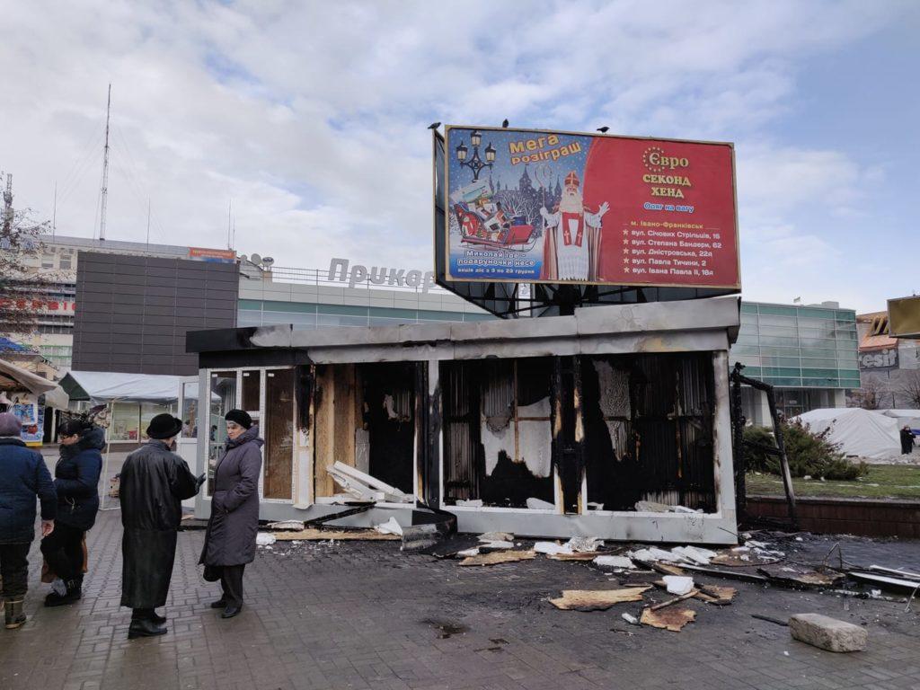 Скандальний МАФ біля франківського ЦУМу таки підпалили - пожежники (фотофакт)