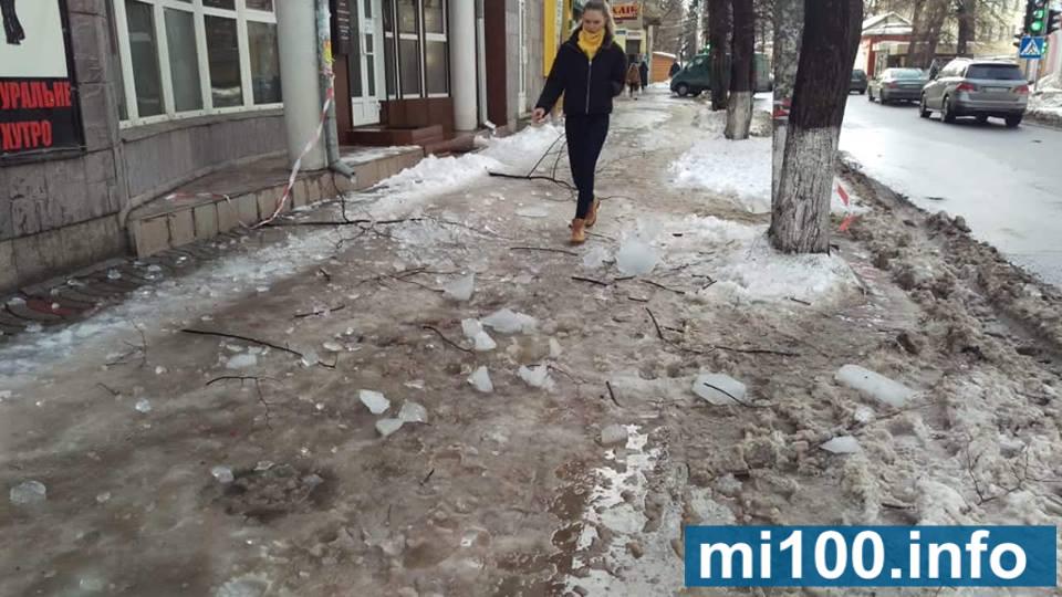 У Франківську люди бояться, що їм на голову можуть впасти брили льоду (фотофакт)